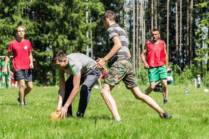 Futebol amador da jarda na região de Kaluga em Rússia foto de stock