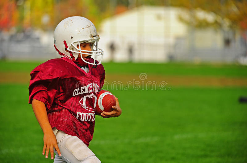Futebol americano da juventude no end zone fotos de stock royalty free