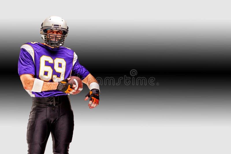 Futebol americano do conceito, retrato do jogador de futebol americano no capacete com olhar patriótico Fundo branco preto fotografia de stock