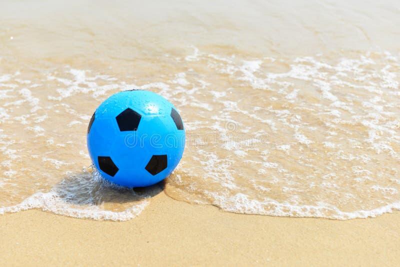 Futebol azul na praia imagens de stock royalty free