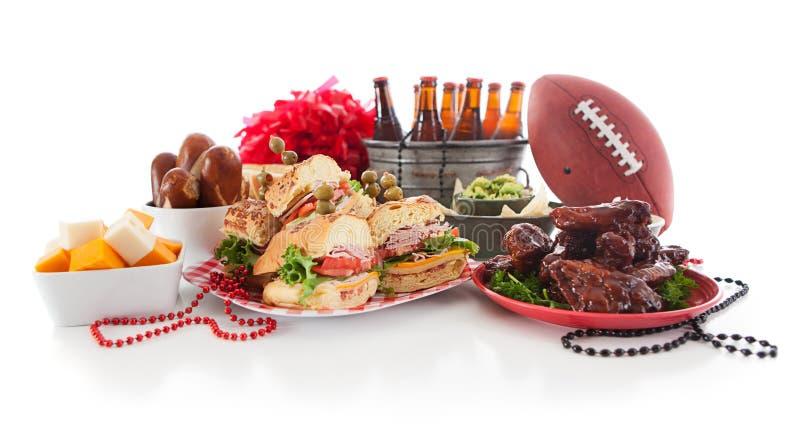Futebol: Baixo Viiew do alimento e dos artigos do partido de bagageira fotografia de stock