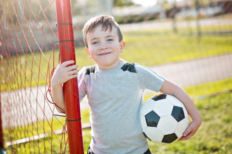 Futebol caucassian novo do jogador de futebol imagens de stock