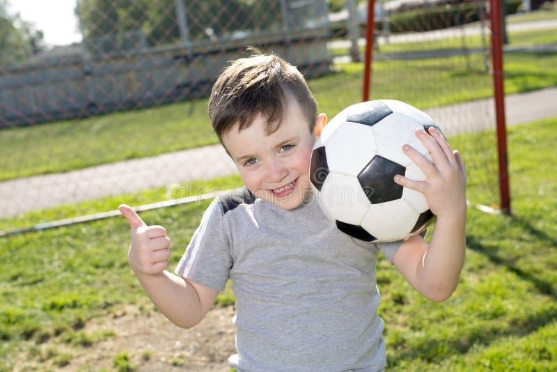 Futebol caucassian novo do jogador de futebol fotografia de stock