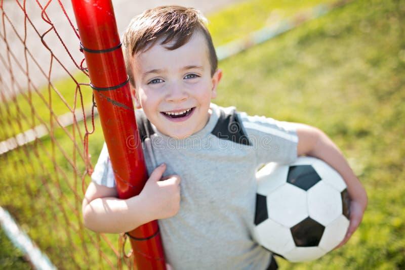 Futebol caucassian novo do jogador de futebol fotos de stock