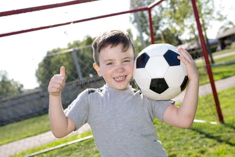 Futebol caucassian novo do jogador de futebol foto de stock