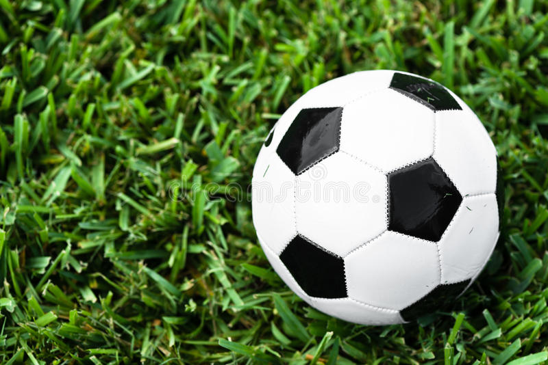 Futebol da bola de futebol na grama imagem de stock royalty free