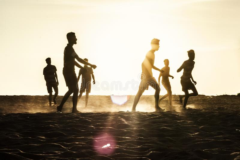 Futebol da praia na praia kerala india do chavakkad fotografia de stock royalty free