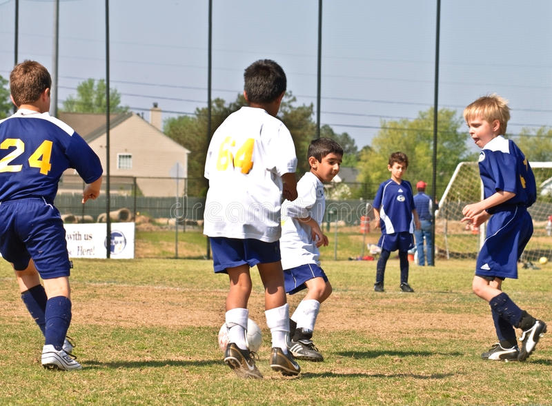Futebol de Young Boys que mancha a esfera fotografia de stock