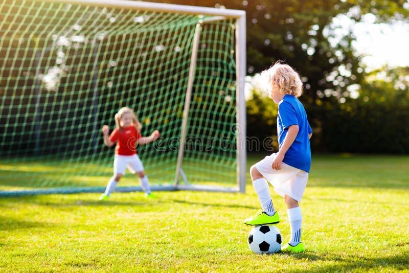 Futebol do jogo das crian?as Crian?a no campo de futebol imagem de stock