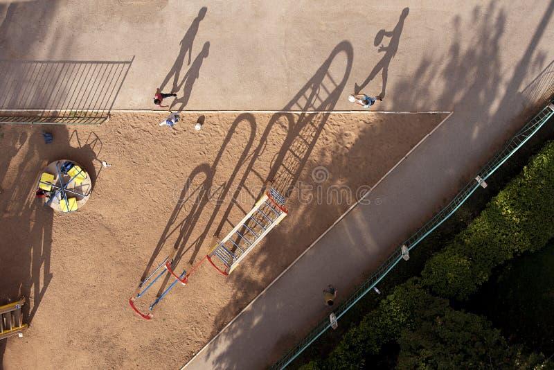 Futebol do jogo de crianças na jarda no dia ensolarado, claro fotos de stock royalty free