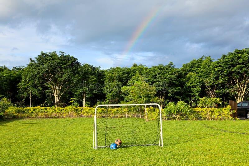 Futebol fora na jarda após a chuva fotos de stock