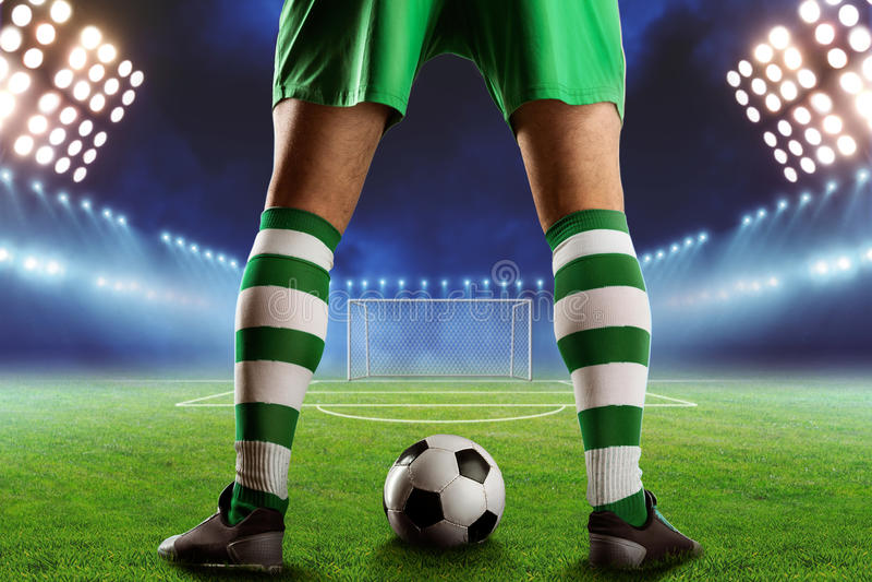 Futebol-jogador na terra de futebol foto de stock