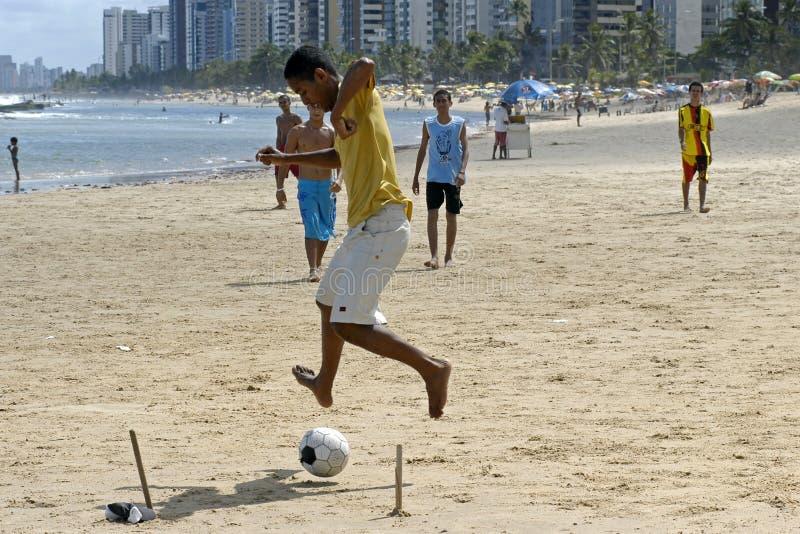 Futebol na praia, cidade Recife, Brasil norte fotos de stock