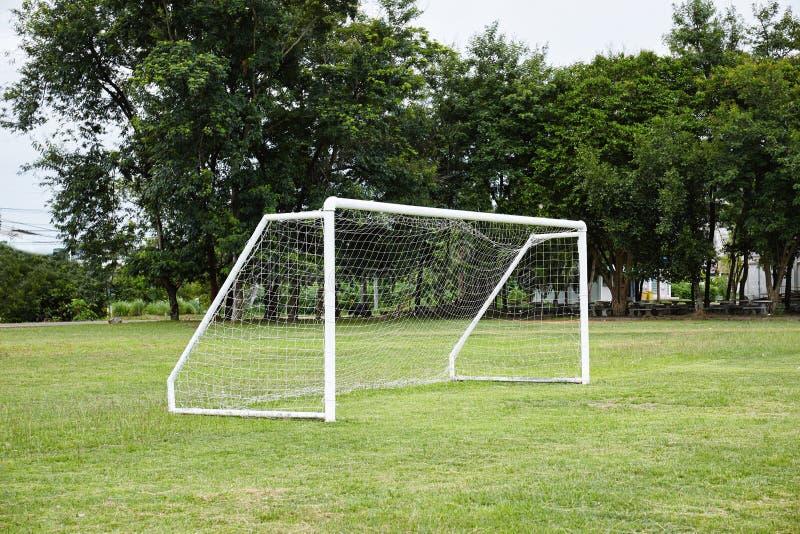 Futebol, objetivo do futebol com rede nos campos de grama verde no scho fotografia de stock