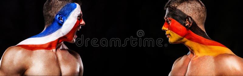 Futebol ou atleta do fan de futebol com bodyart na cara - bandeiras de França contra Alemanha Conceito do esporte com copyspace n imagem de stock royalty free