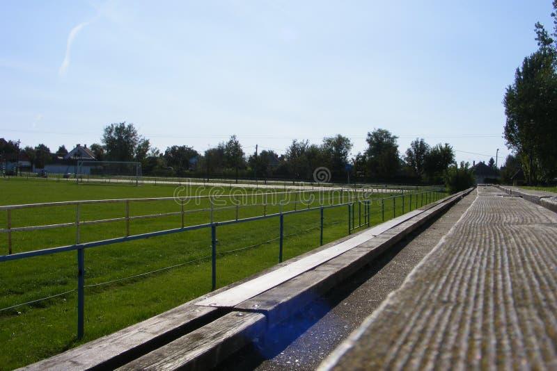 Futebol rural, passo tomado do anfiteatro em uma mola ensolarada, dia do futebol de verões fotos de stock