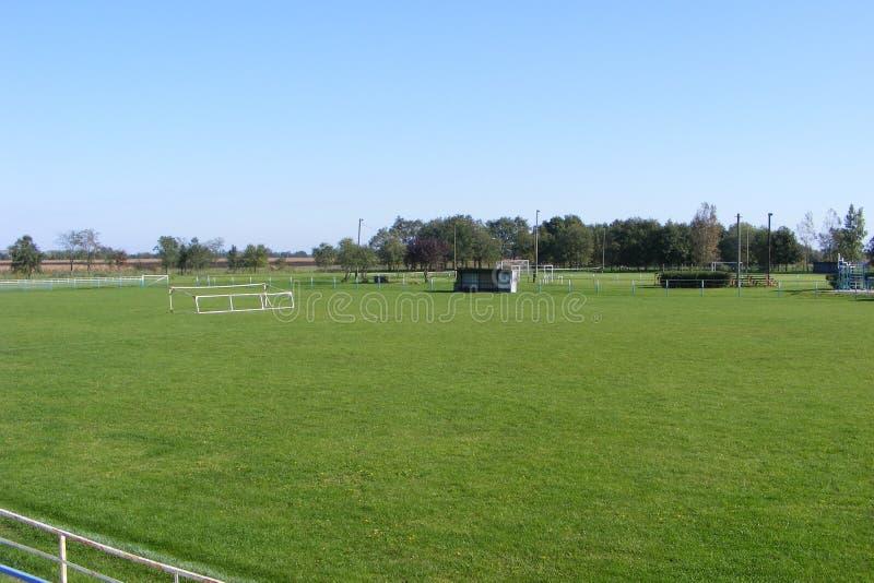 Futebol rural, passo tomado do anfiteatro em uma mola ensolarada, dia do futebol de verões fotos de stock royalty free