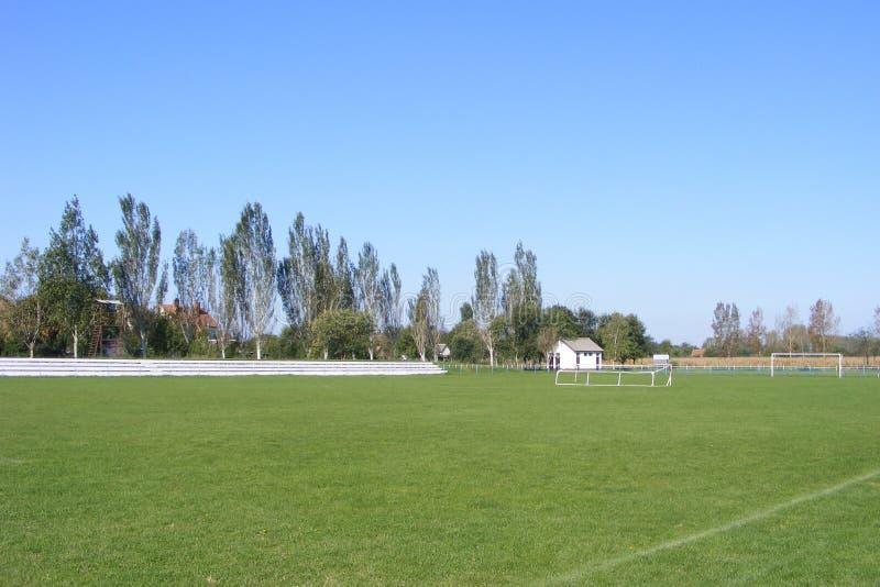 Futebol rural, passo tomado do anfiteatro em uma mola ensolarada, dia do futebol de verões imagem de stock royalty free