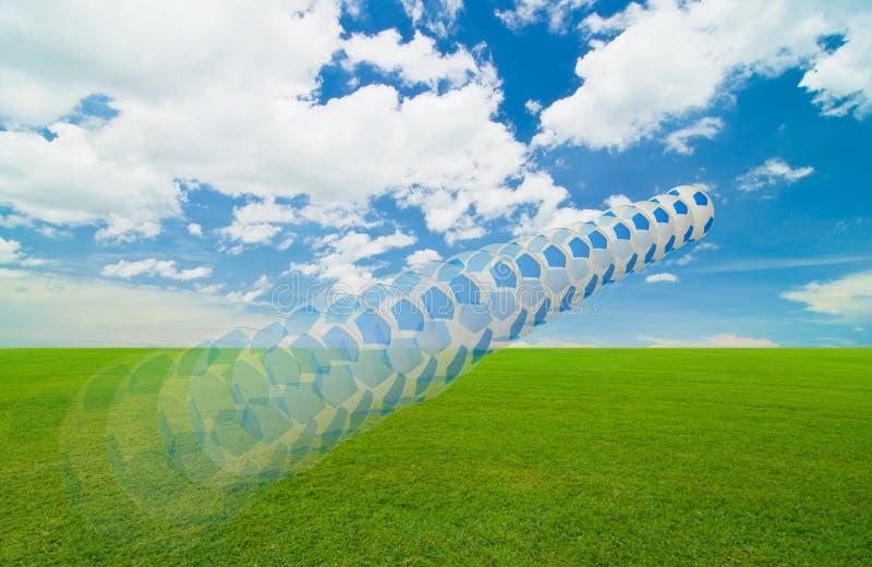 Futebol sob o céu azul imagens de stock