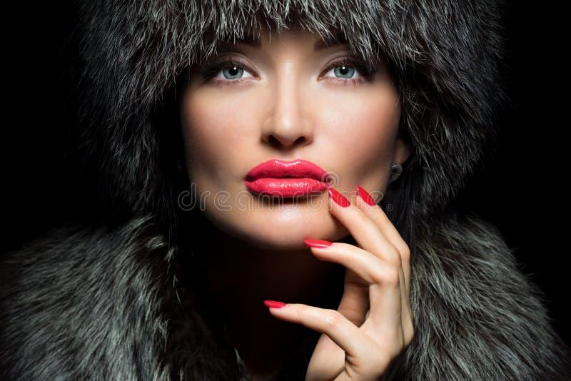 Futerkowa moda Piękna dziewczyna z czerwonymi wargami i manicure'em w Futerkowych brzęczeniach obrazy stock