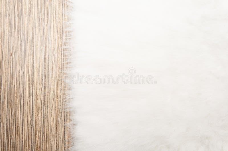 Futerkowy dywanowy tło na lekkiej drewnianej podłodze Odgórny widok, kopii przestrzeń zdjęcie stock