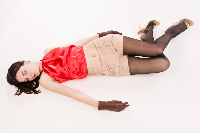 Futloos brunette die op de vloer liggen royalty-vrije stock afbeelding