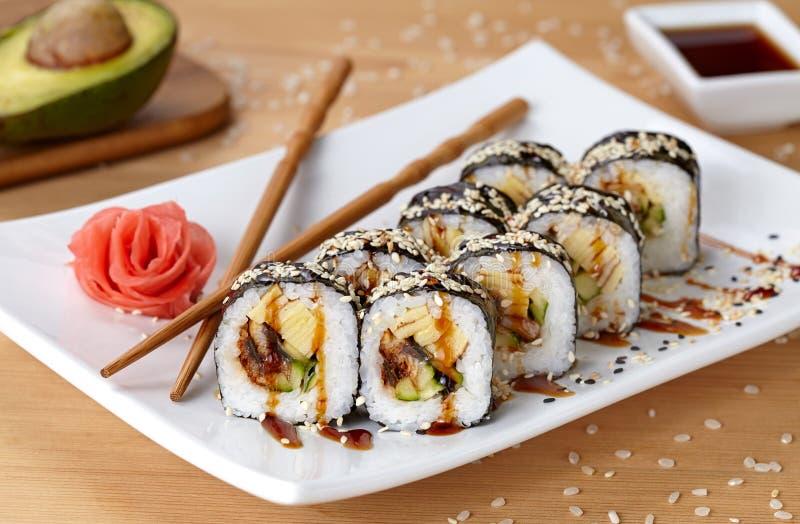 Futomaki sushirulle med ålen, gurka, sesam royaltyfri foto