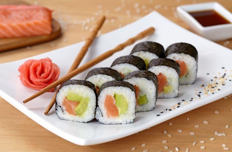 Futomaki sushirulle med laxen, avokadot och nori royaltyfria bilder