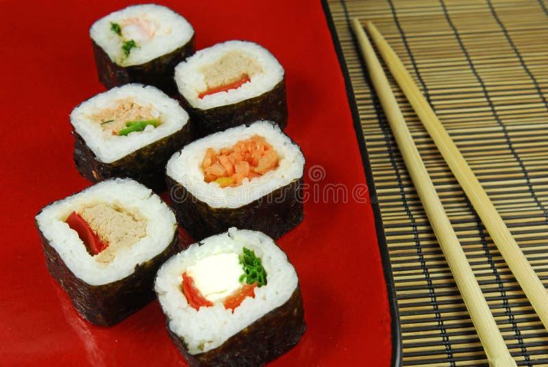 Futomaki van sushi met eetstokjes stock foto