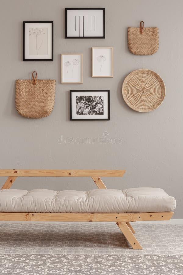 Futon beige escandinavo en interior natural de la sala de estar del estilo fotos de archivo