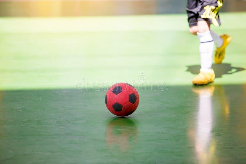 Futsal spelarefälla för unge och att kontrollera bollen för fors till målet royaltyfria bilder