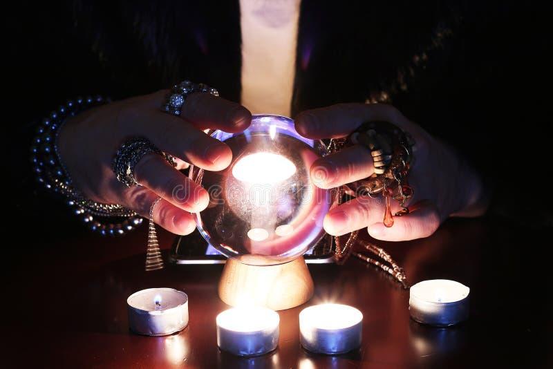 Futur guichet devinant sur une boule en verre photographie stock libre de droits