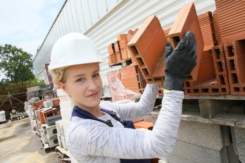 Futur jonge metselaar op bouwwerf stock foto's