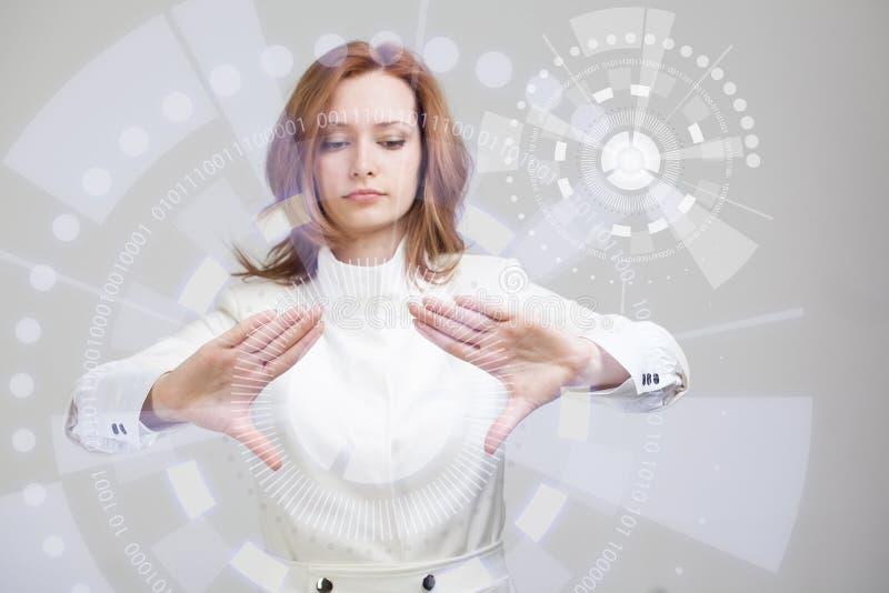 Future technologie Femme travaillant avec futuriste photo libre de droits
