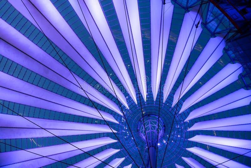 Futurista paraguas-como el tejado de la tienda de Sony Center en Berlín imagen de archivo