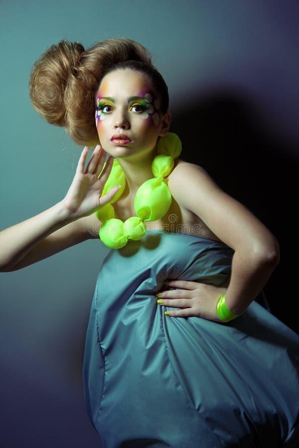 futuristic ståendekvinna för härligt mode arkivfoton