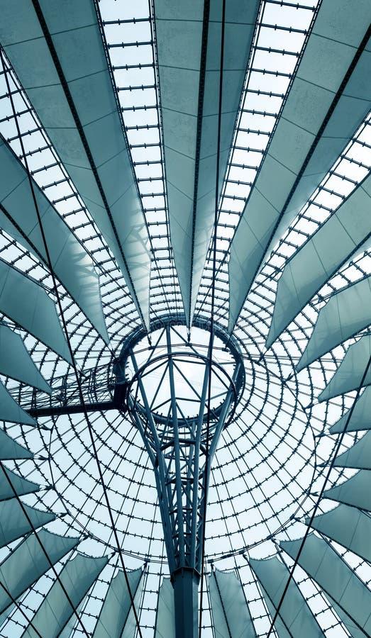 Futuristic tak på den Sony mitten, Potsdamer Platz, Berlin, Tyskland royaltyfri fotografi