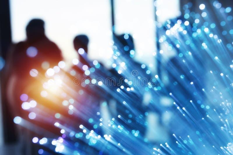 Futuristisch abstract Internet-verbindingsnetwerk met silhouet van commercieel team stock fotografie