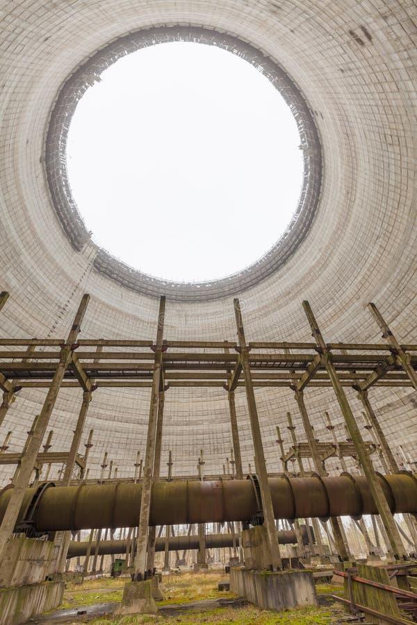 Futuristische Ansicht innerhalb des Kühlturms des unfertigen Atomkraftwerks Tschornobyls lizenzfreies stockbild