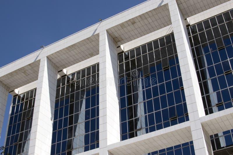 Futuristische architectuur van het gebouw met heel wat blauwe vensters, de bedrijfsbouw, bureaucentrum royalty-vrije stock afbeelding