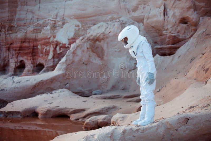 Futuristische astronaut op een andere planeet, beeld met stock fotografie