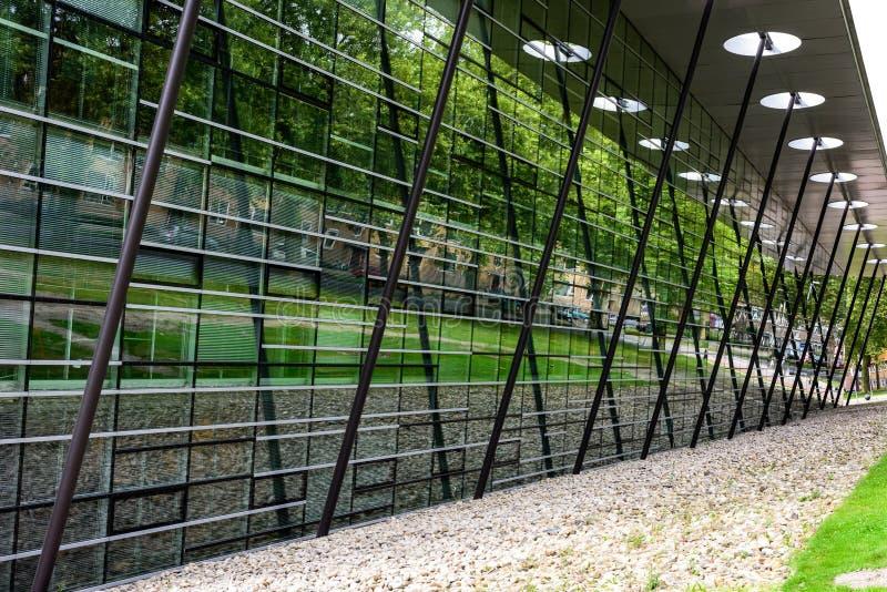 Futuristische bibliotheek met bezinningen over vensters stock foto