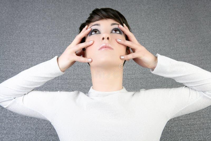 Futuristische Frauenart- und weiseportraitfinger auf Gesicht lizenzfreie stockfotos