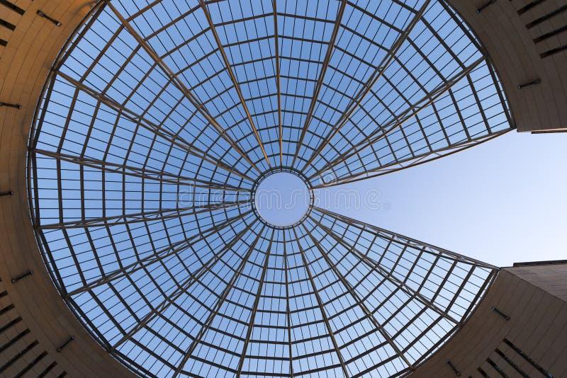 Futuristische Glas-Stahl Haube - Rovereto Italien stockfotografie