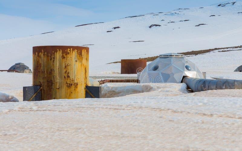 Futuristische Hauptquellen übermitteln Dampf von den Bohrlöchern zur Krafla-Geothermiestation in Nord-Island lizenzfreies stockfoto