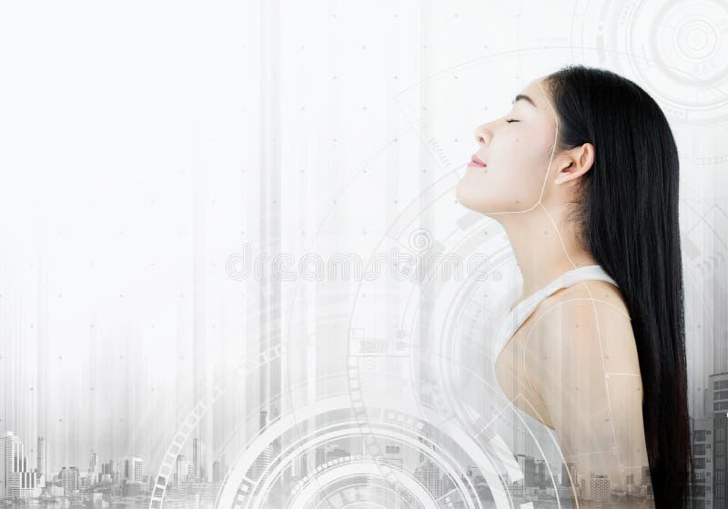 Futuristische mooie Aziatische jonge vrouw, met technologieinterface grafisch op witte achtergrond Schoonheid, schoonheidsmiddel, royalty-vrije stock foto's