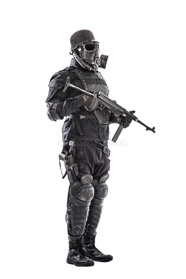 Futuristische nazi militair met schmeisser stock foto