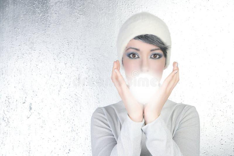 Futuristische Vermögenserzähler-Frauenleuchte-Glaskugel stockbild