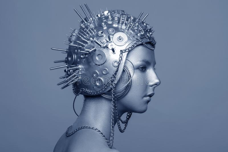 Futuristische vrouw in metaalhelm met schroeven, noten en kettingen royalty-vrije stock foto's