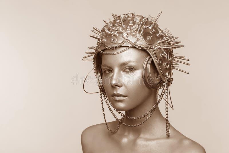 Futuristische vrouw in metaalhelm met schroeven, noten en kettingen royalty-vrije stock fotografie